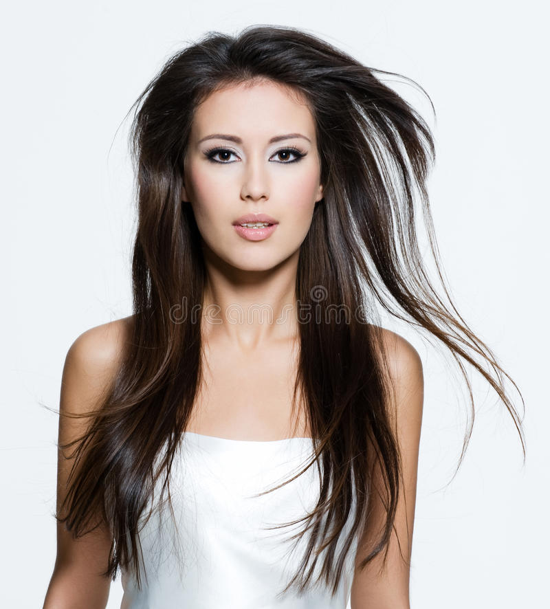 Femme de Brunette avec de beaux longs poils bruns photographie stock