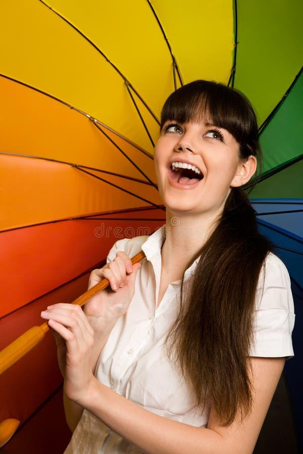 Femme de Brunette dans le chemisier blanc avec le parapluie images stock