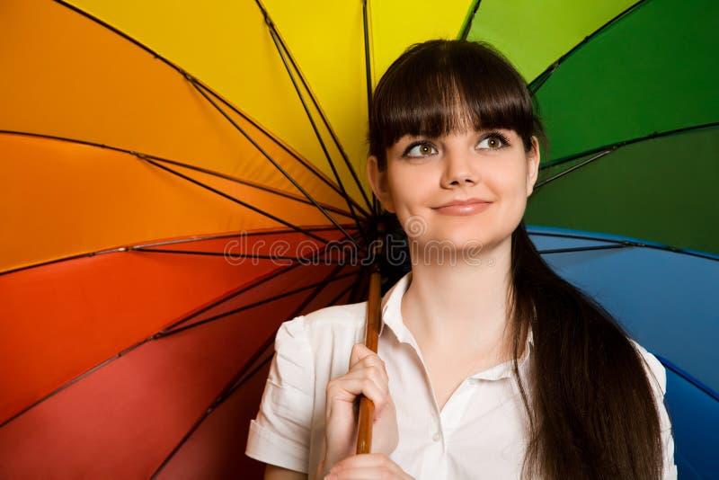 Femme de Brunette dans le chemisier blanc avec le parapluie image libre de droits