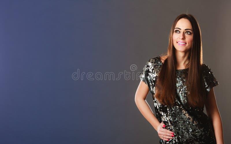 Femme de brunette de mode dans la robe élégante image stock