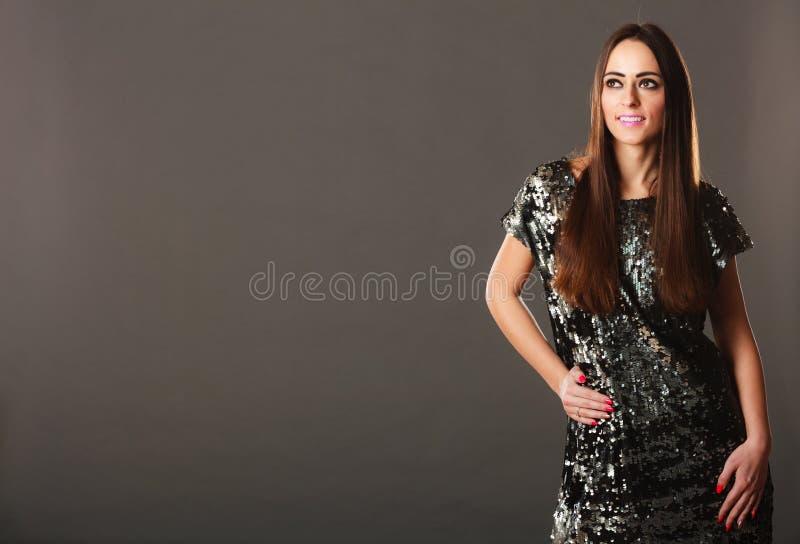 Femme de brunette de mode dans la robe élégante images libres de droits