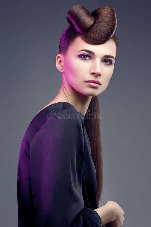 Femme de brunette de mode. Renivellement. Coiffure. images libres de droits