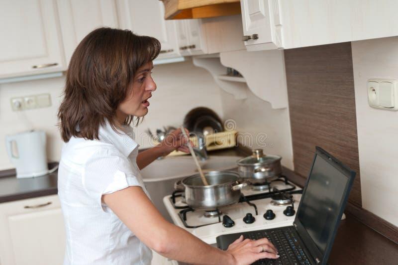 Femme de Bussy - travail à la maison images stock