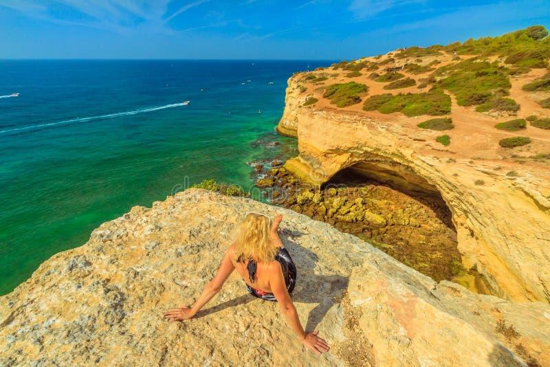 Femme de côte d'Algarve photos stock
