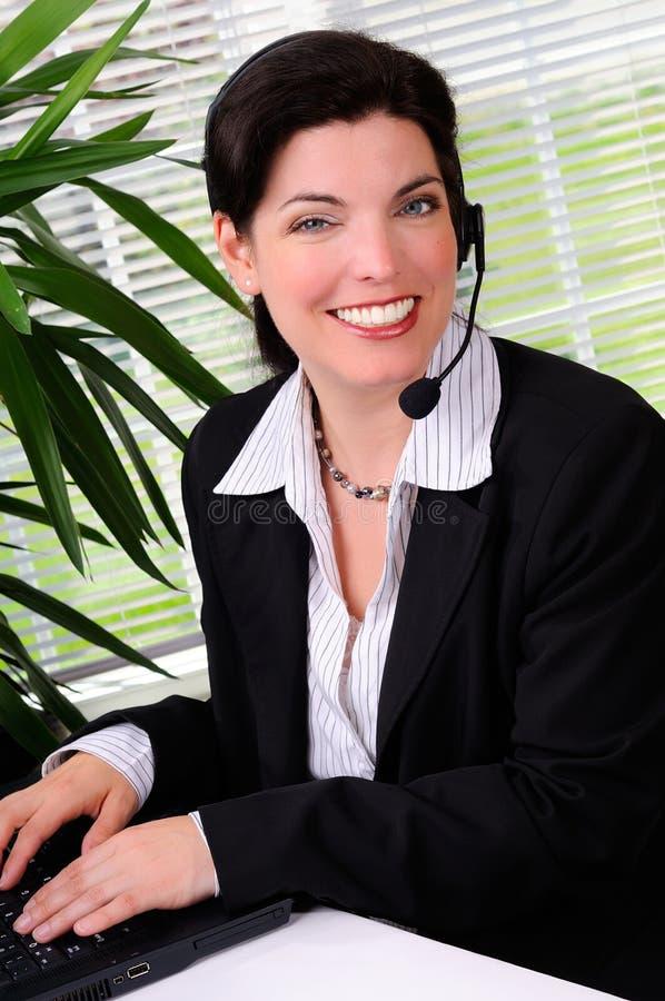Femme de centre d'attention téléphonique photos libres de droits