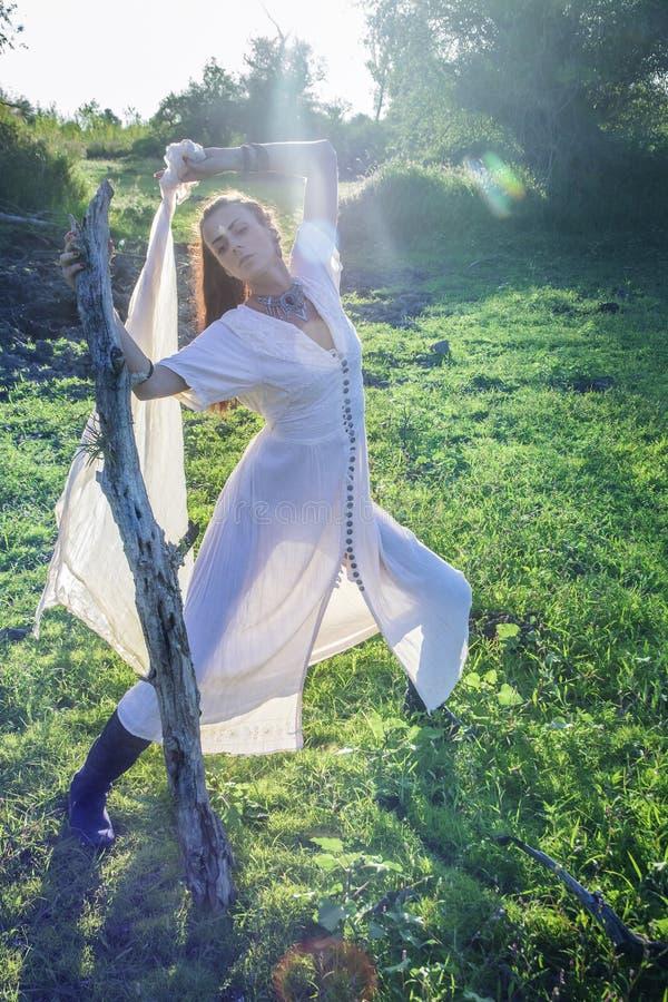 Femme de chaman dans la danse de forêt photos libres de droits