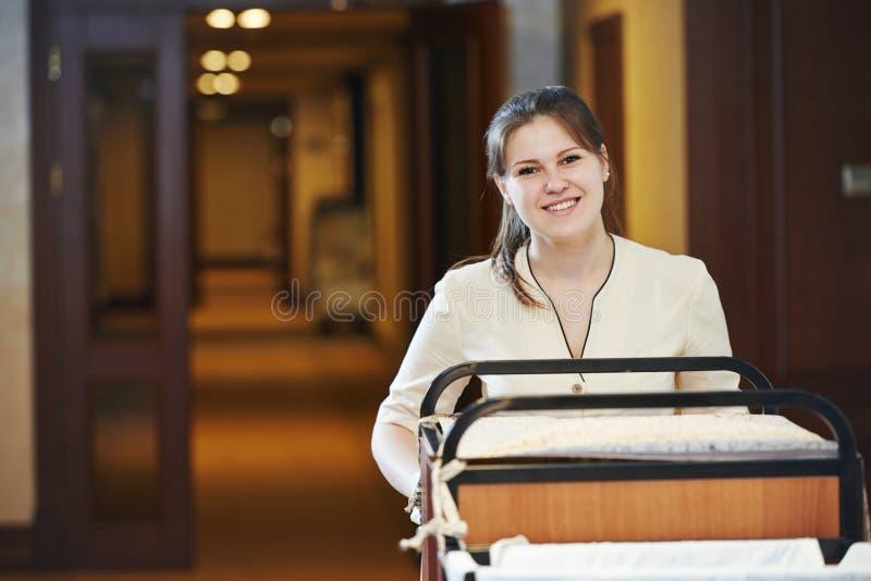 Femme de chambre à l'hôtel photos stock
