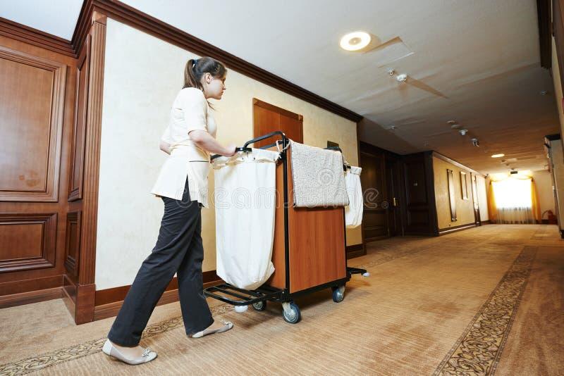 Femme de chambre à l'hôtel photographie stock libre de droits