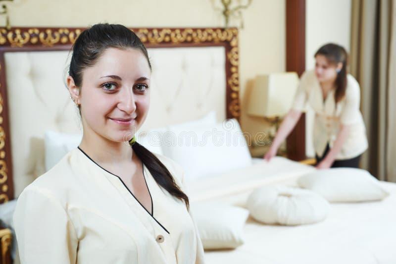 Femme de chambre au service hôtelier photographie stock