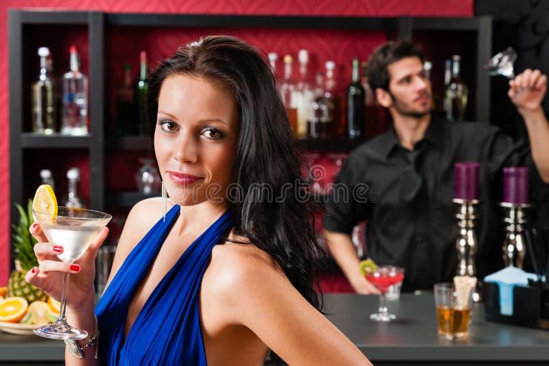 Femme de charme au cocktail de fixation de bar images stock