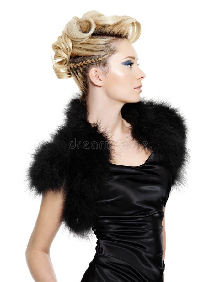Femme de charme avec la coiffure créatrice image stock