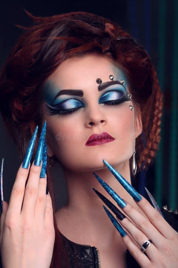 Femme de charme avec le long clou et le maquillage lumineux image libre de droits