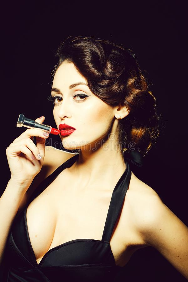 Femme de charme avec le rouge à lèvres photographie stock libre de droits