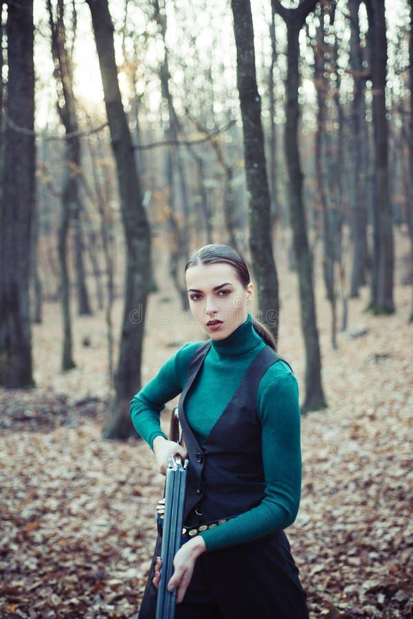 Femme de chasseur Chasseur avec un sac à dos et une arme à feu de chasse Chasse de la période, saison d'automne E r photo stock