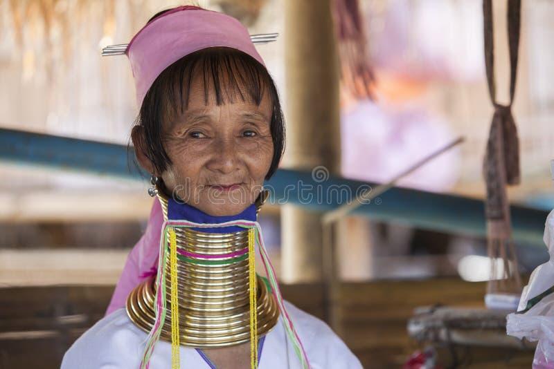 Femme de CHIANG MAI Karen Long Neck posant pour un portrait images stock