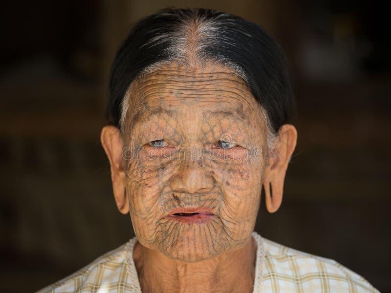 Femme de Chin tatouée par tribu de portrait Mrauk U, Myanmar images libres de droits