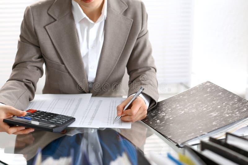 Femme de comptable ou inspecteur financier rédigeant le rapport, calculant ou vérifiant l'équilibre, plan rapproché Portrai d'aff images libres de droits