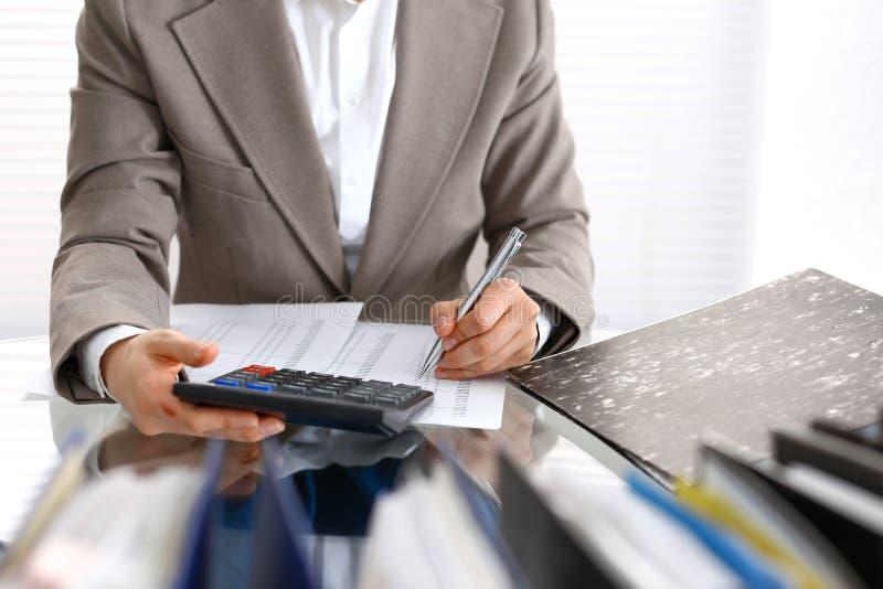 Femme de comptable ou inspecteur financier rédigeant le rapport, calculant ou vérifiant l'équilibre, plan rapproché Portrai d'aff images stock