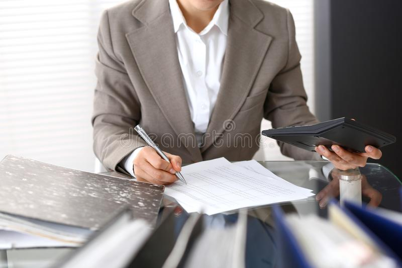 Femme de comptable ou inspecteur financier rédigeant le rapport, calculant ou vérifiant l'équilibre, plan rapproché Portrai d'aff photos libres de droits