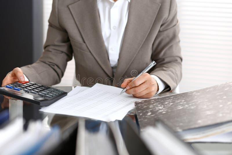 Femme de comptable ou inspecteur financier rédigeant le rapport, calculant ou vérifiant l'équilibre, plan rapproché Portrai d'aff image stock
