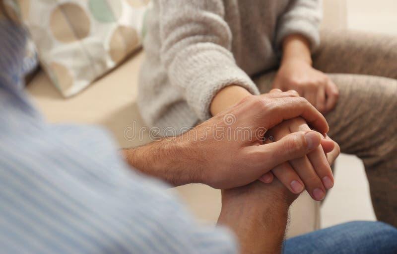 Femme de consolation d'homme, plan rapproché des mains photographie stock