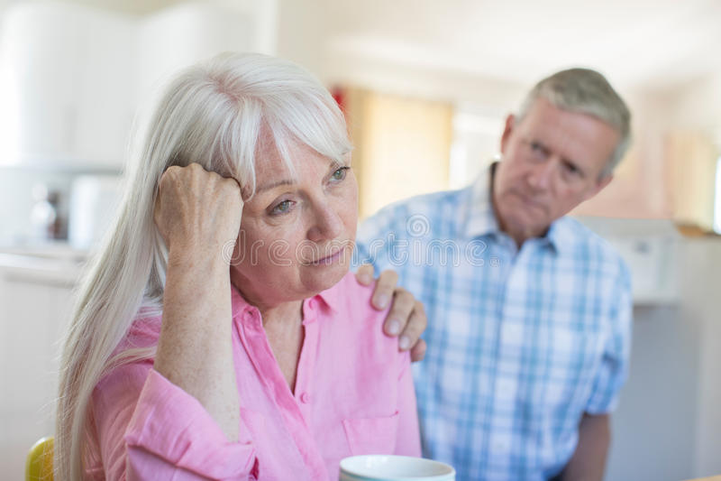 Femme de consolation mûre d'homme avec la dépression à la maison photo libre de droits