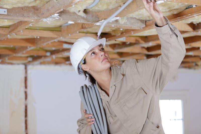 Femme de constructeur tenant des c?bles photo stock