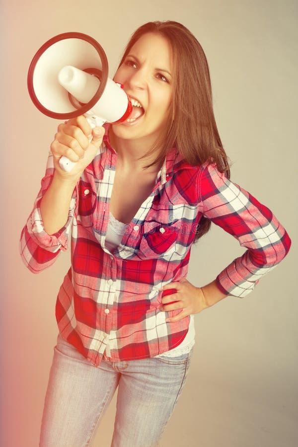 Femme de corne de brume de mégaphone photographie stock libre de droits