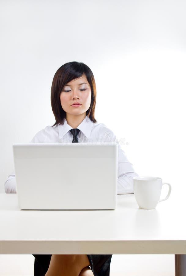 Femme de corporation travaillant sur l'ordinateur portatif image stock