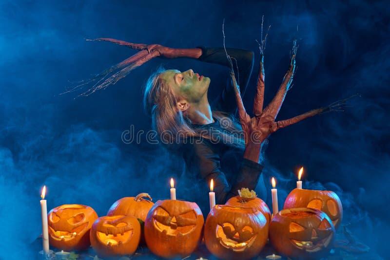 Femme de costume de Halloween, fille d'arbre avec des potirons photos libres de droits