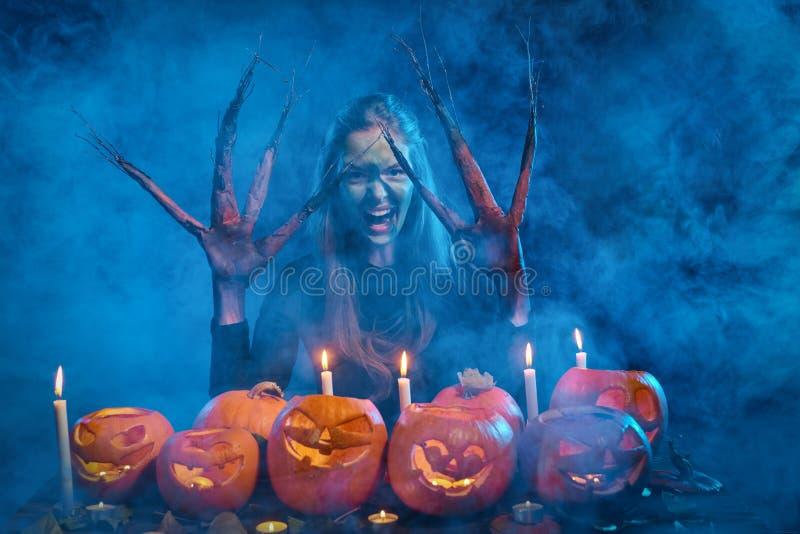 Femme de costume de Halloween, fille d'arbre avec des potirons photo stock