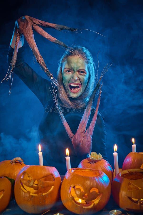 Femme de costume de Halloween, fille d'arbre avec des potirons images stock