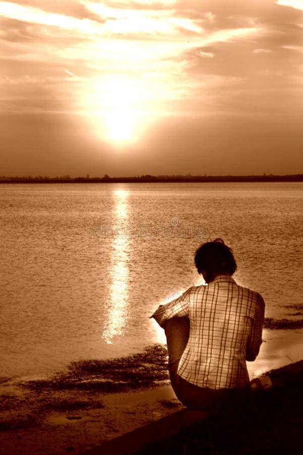 Femme de coucher du soleil images libres de droits