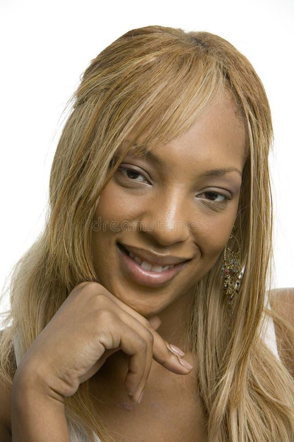 Femme de couleur assez jeune dans la chemise blanche images stock