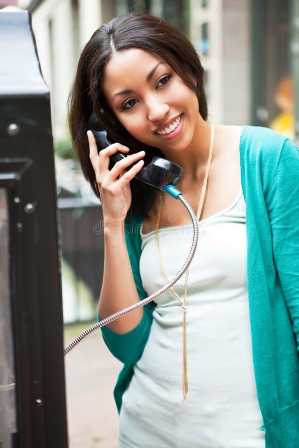 Femme de couleur au téléphone images libres de droits