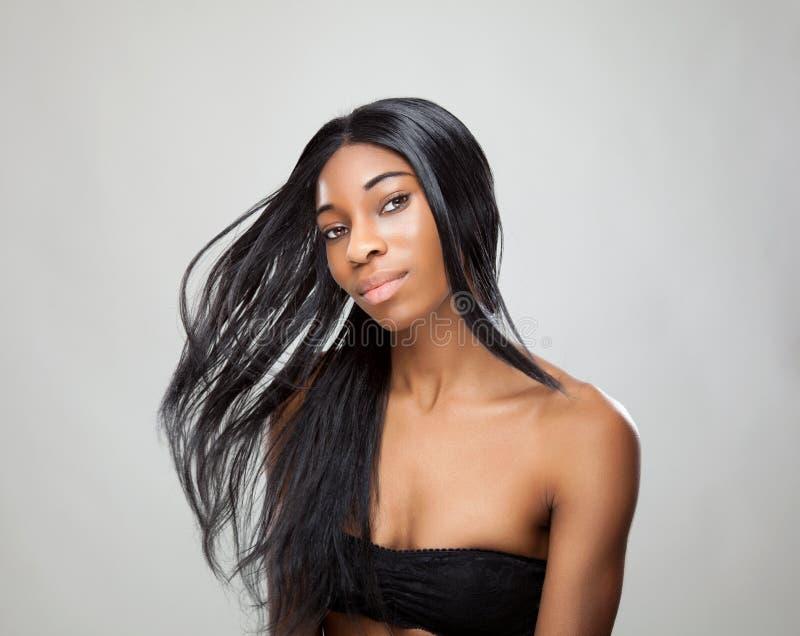 Femme de couleur avec de longs cheveux droits photo stock