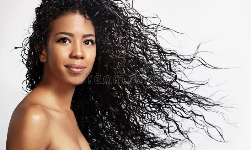 Femme de couleur avec des cheveux bouclés en air photographie stock libre de droits