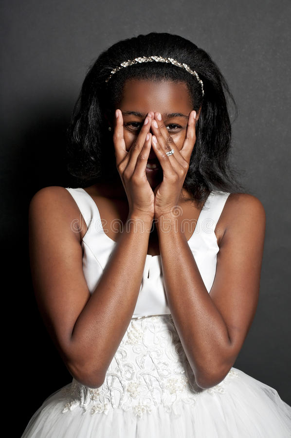 Femme de couleur dans la robe de mariage image stock