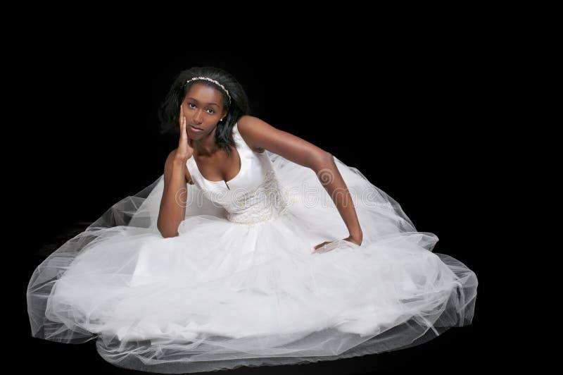 Femme de couleur dans la robe de mariage photographie stock libre de droits