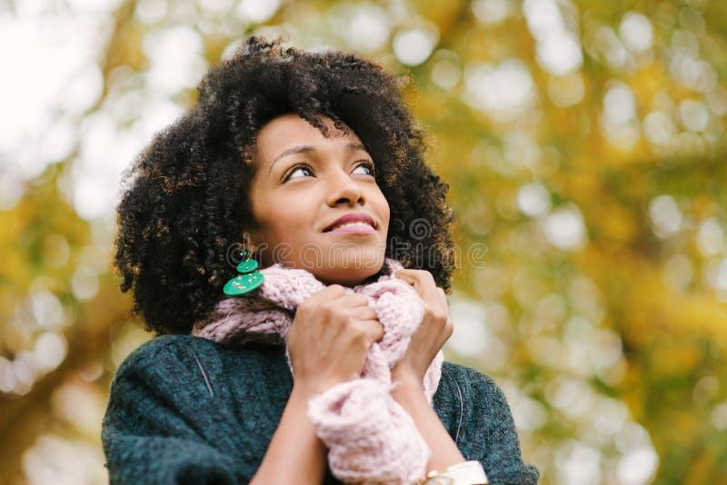 Femme de couleur dans le jour froid d'automne au parc image libre de droits