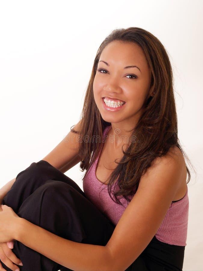 Femme de couleur de sourire avec des supports sur les dents supérieures photographie stock