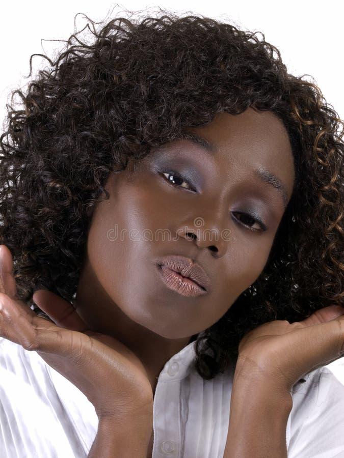 Femme de couleur de verticale de plan rapproché jeune avec la ride photo stock