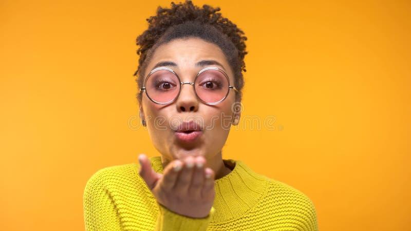 Femme de couleur de flirt avec le sourire sain envoyant le baiser d'air ? la cam?ra, plan rapproch? photos stock