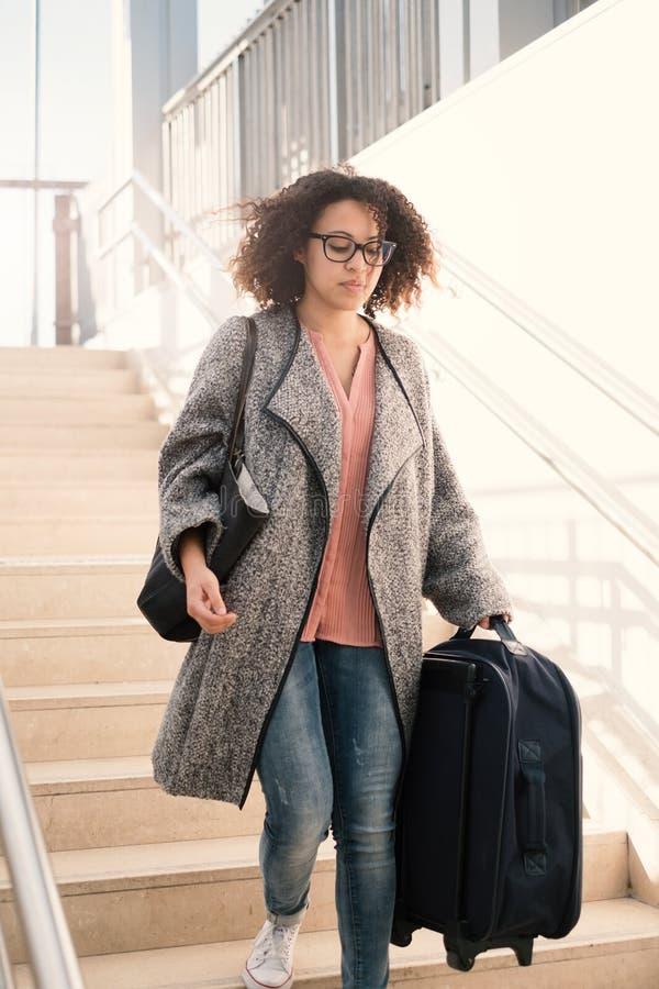 Femme de couleur jugeant le bagage prêt pour le voyage images libres de droits