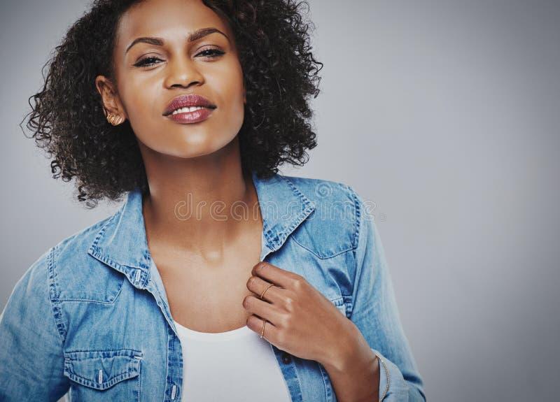 Femme de couleur magnifique dans une veste bleue de denim image stock