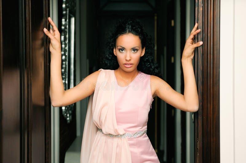 Femme de couleur, modèle de mode, avec la robe rose photos stock