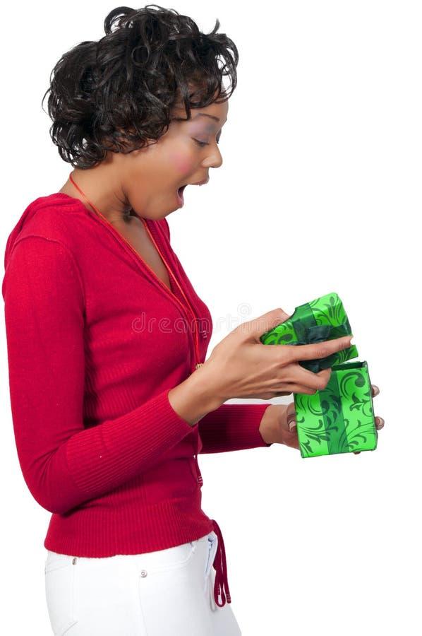 Femme de couleur retenant un ornement de Noël photographie stock