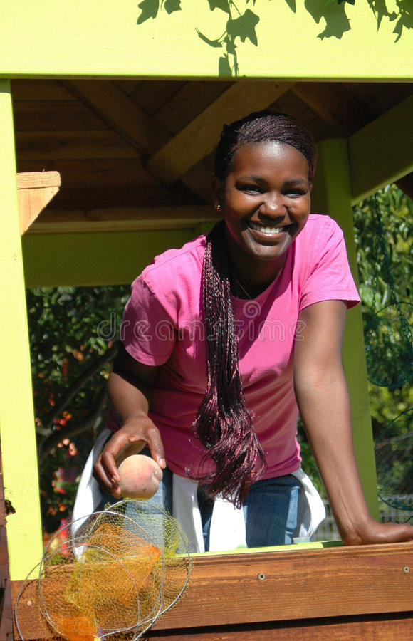Femme de couleur vendant des fruits image stock