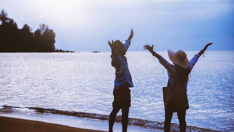 Femme de couples d'amant et nature asiatiques de voyage d'homme Le voyage d?tendent Marche sur la plage Pendant l'?t? image libre de droits