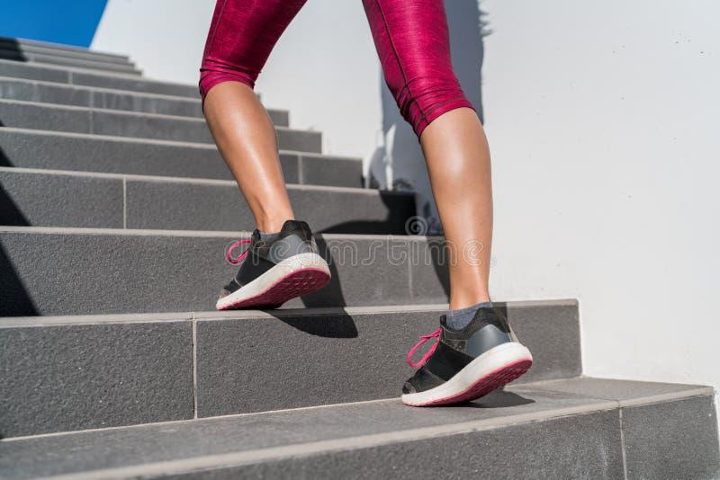 Femme de coureur de chaussures de course marchant vers le haut des escaliers images libres de droits